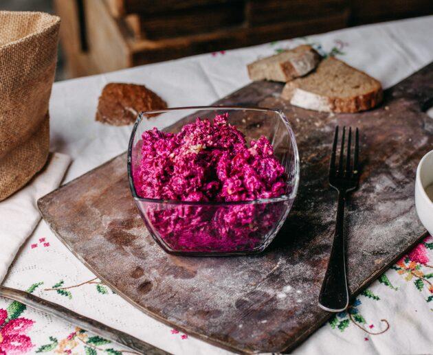 gatavi biešu salāti stikla bļodā