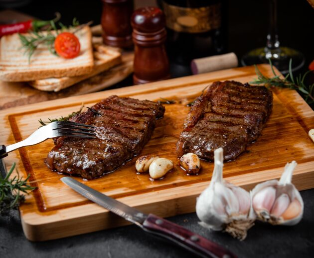 divi steika gabali uz dēlīša