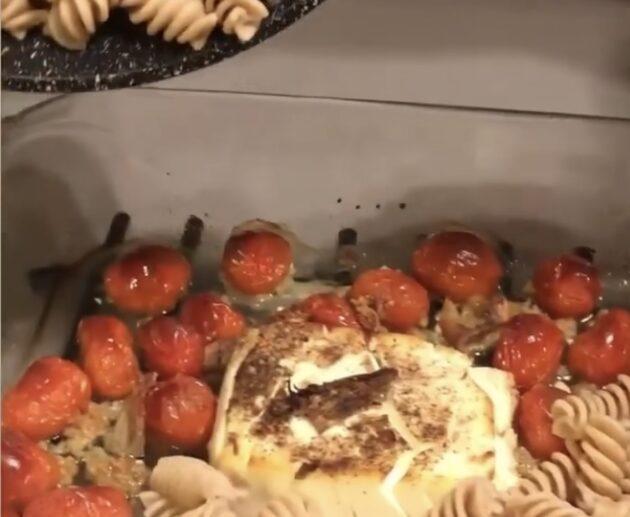 makaroni ar fetas sieru un tomātiem