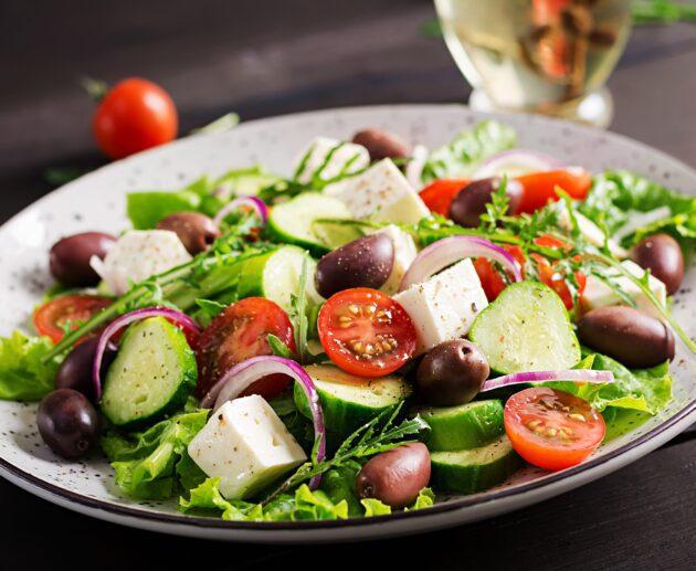 grieķu salāti ar olīvam, tomātu gurķi