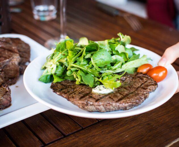 steiks ar salātiem