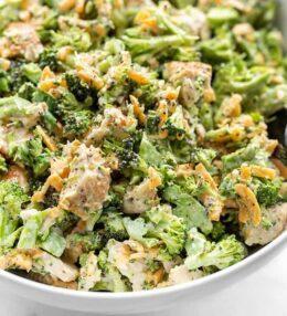 Kraukšķīgie vistas un brokoļu salāti